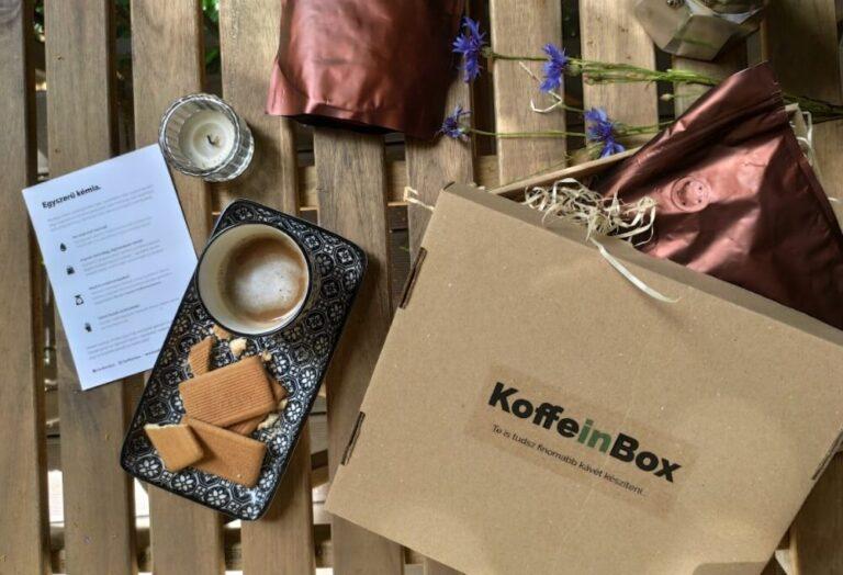 kávézás egy KoffeinBox doboz mellett